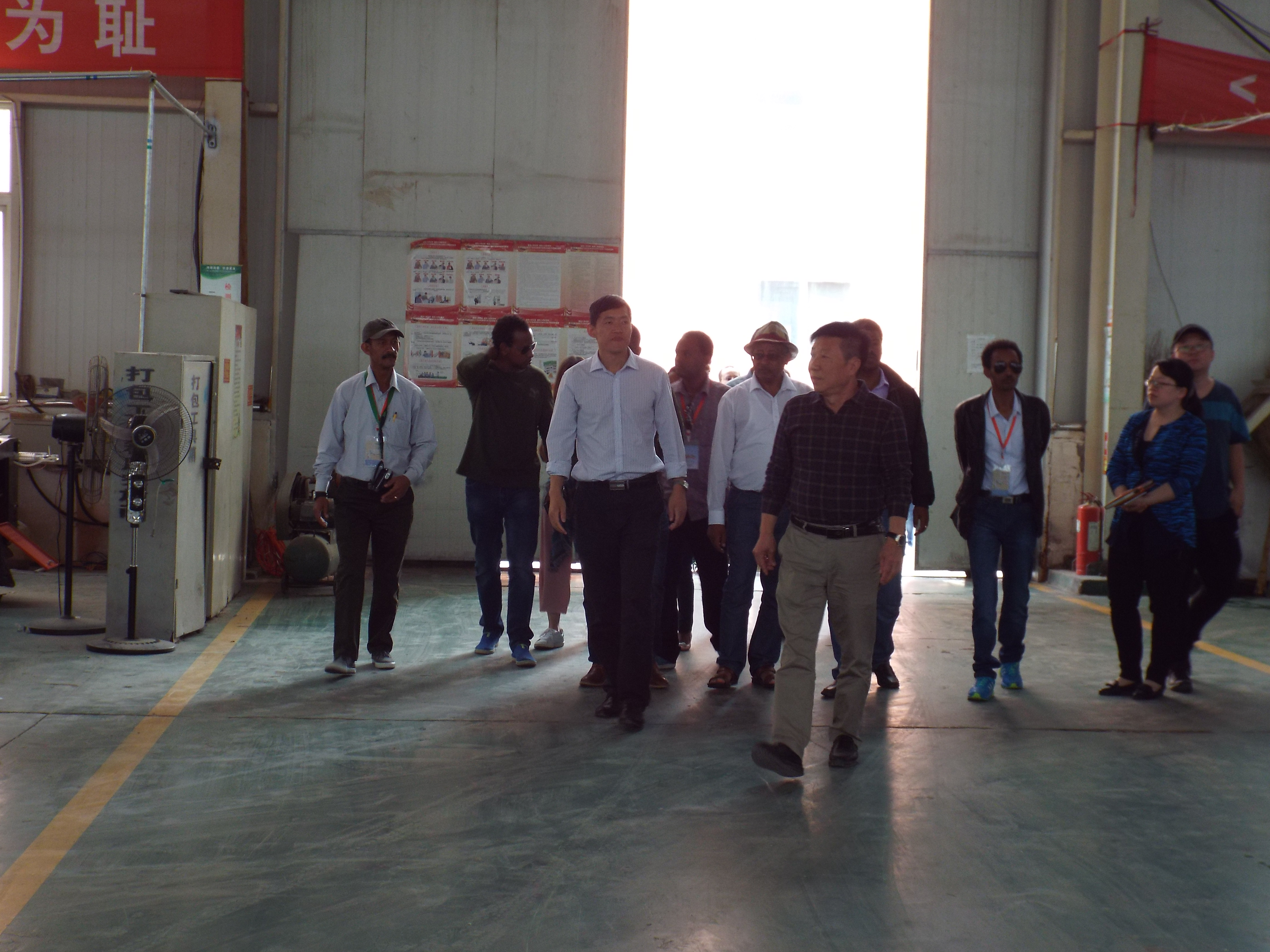 The chairman took a delegation to visit the workshop 1